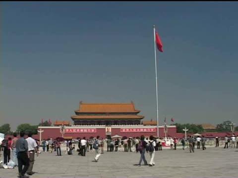 ws, china, beijing, people in front of tiananmen gate - tor des himmlischen friedens stock-videos und b-roll-filmmaterial