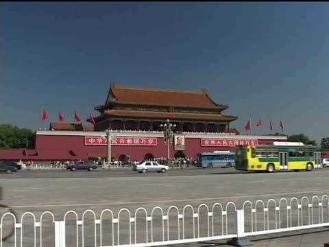 ws, china, beijing, traffic in front of  tiananmen gate - tor des himmlischen friedens stock-videos und b-roll-filmmaterial