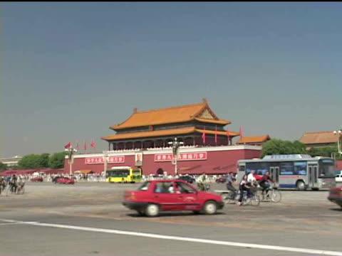 ws, zi china, beijing, traffic in front of tiananmen gate - tor des himmlischen friedens stock-videos und b-roll-filmmaterial
