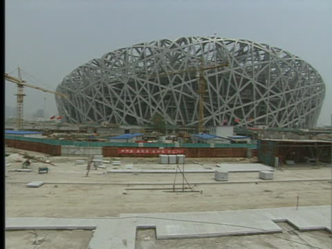 vidéos et rushes de china builds the infrastructure for a state-of-the-art olympic stadium called the bird's nest for the 2008 olympic games. - nid d'oiseau
