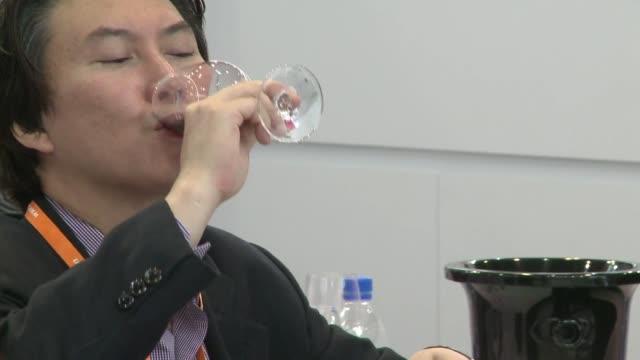 vídeos de stock, filmes e b-roll de china destrona a francia como primer pais consumidor de vino tinto segun un estudio voiced quien toma mas vino tinto on january 30 2014 in hong kong... - vino