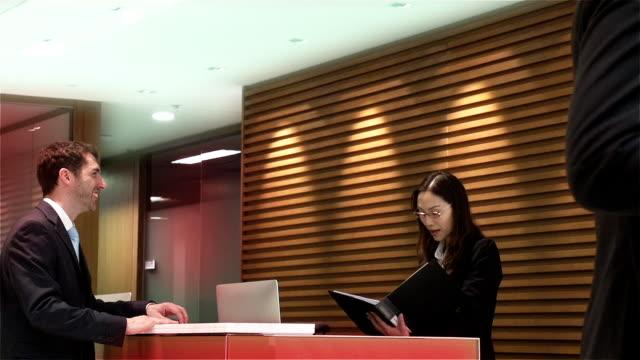 vídeos y material grabado en eventos de stock de china, hong kong, recepción las personas de negocios - recepcionista