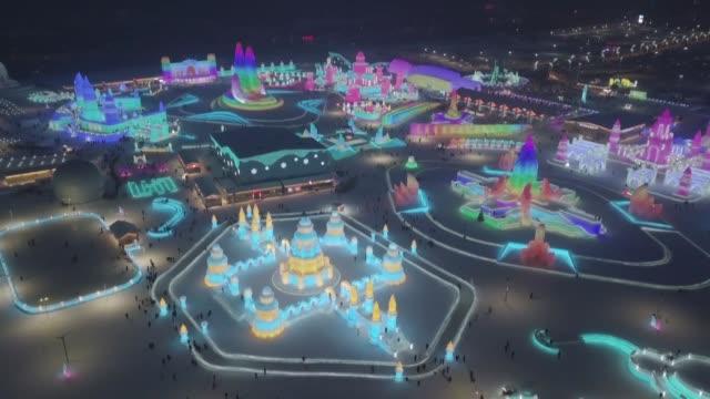 china inauguro su famoso festival de hielo y nieve de harbin en el que destacan paisajes magicos de inmensos palacios y esculturas los nadadores... - hielo video stock e b–roll