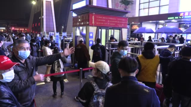 china levantó en la medianoche del miércoles las restricciones a la ciudad de wuhan, epicentro del nuevo coronavirus que ha dejado más de 80.000... - planeta stock videos & royalty-free footage