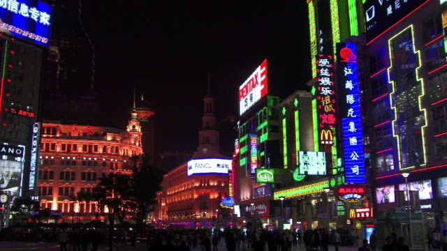 ms, china, shanghai, nanjing road at night - nanjing stock-videos und b-roll-filmmaterial