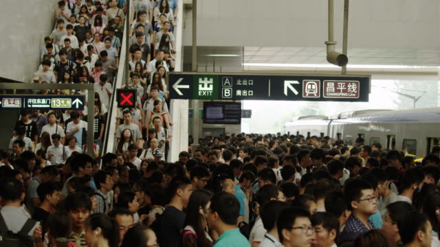 vidéos et rushes de china subway : people waiting for the subway - chine