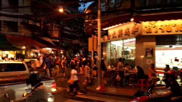 China stad nacht verlicht Chinese & Engelse borden op straat in de buurt van verre met drukke langzaam bewegende verkeer & mensen