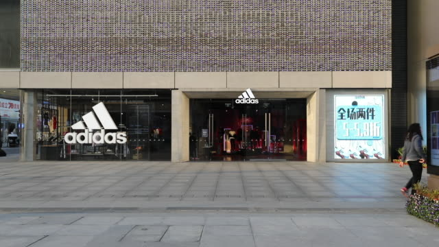 vídeos de stock, filmes e b-roll de china's coronavirus outbreak is hitting fashion and sports companies hard. the latest to report on the effects of the epidemic is adidas. the company... - símbolo de resíduos biológicos