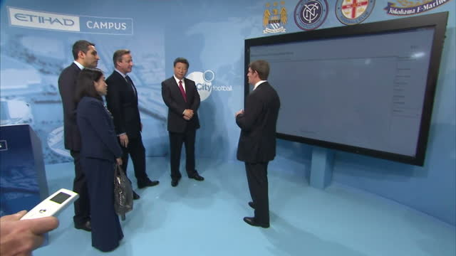 china's president xi jinping and britain's prime minister david cameron are given a demonstration on player monitoring and recruitment with... - ordförande bildbanksvideor och videomaterial från bakom kulisserna