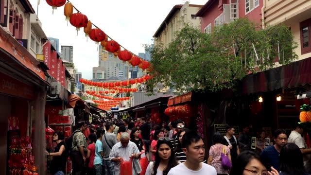 vidéos et rushes de chinatown à singapour. mettant en vedette des éléments culturels distinctement chinois. quartier chinois a eu une population de chinoise ethnique historiquement concentrée - singapour