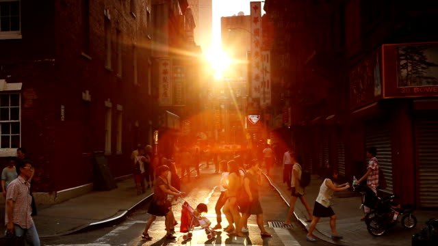 chinatown pell sonnenuntergang straßenszene in new york city - einwanderer stock-videos und b-roll-filmmaterial