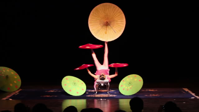 stockvideo's en b-roll-footage met ms chinese acrobats/xian,shaanxi,china - acrobaat