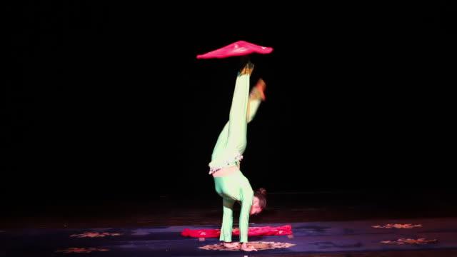 ms chinese acrobats/xian,shaanxi,china - akrobat stock-videos und b-roll-filmmaterial