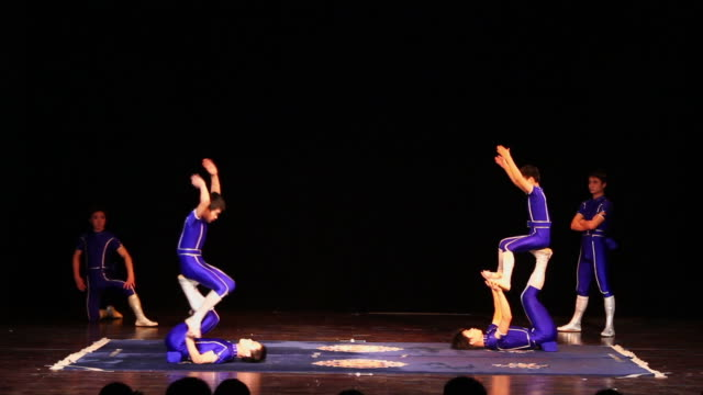 ls chinese acrobats/xian,shaanxi,china - akrobat stock-videos und b-roll-filmmaterial
