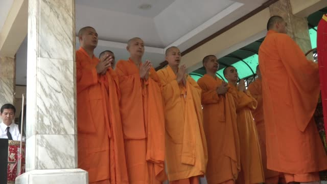 chinese buddhist monks attend a religious at the erawan shrine after four days after a bomb exploded close to the shrine in the center of thailand's... - エラワン聖堂点の映像素材/bロール