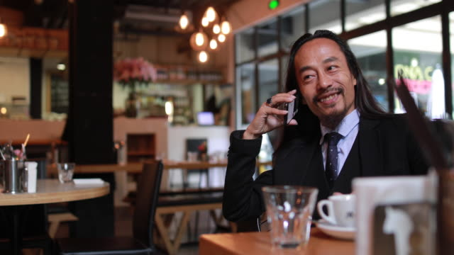 vídeos de stock, filmes e b-roll de homem de negócios chinês falando no telefone - neckwear