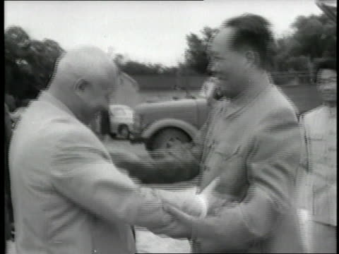 chinese chairman mao tse tung and soviet premier nikita khrushchev hug and shake hands. - mao tse tung video stock e b–roll