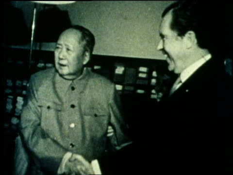 chinese chairman mao tse-tung shakes hands with u.s. president richard nixon. - mao tse tung video stock e b–roll