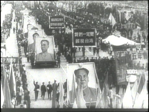 vídeos de stock e filmes b-roll de chinese chairman mao tse-tung waves during a parade. - mao tse tung