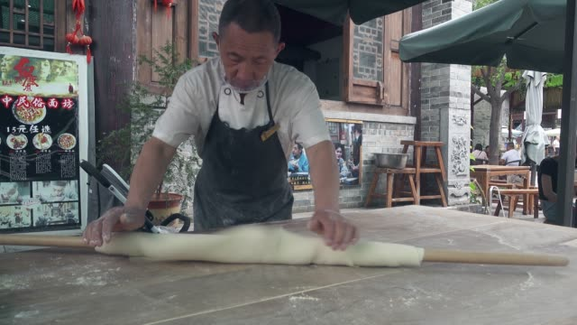 chinese chef makes noodles by hand,xi'an,china. - 麺点の映像素材/bロール