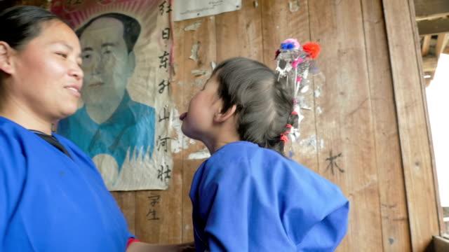 chinesische kind und mutter vor den toren von mao-poster - messing about stock-videos und b-roll-filmmaterial