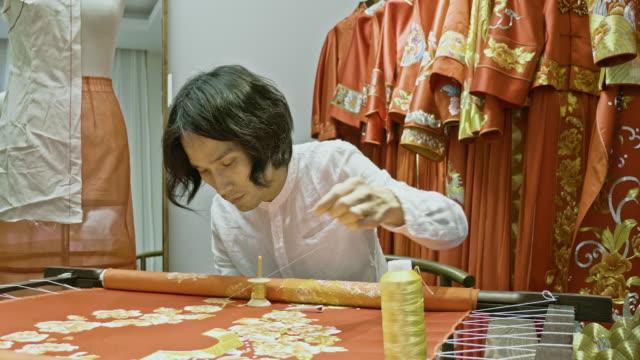 ウェディングドレスを刺繍する中国の職人 - トルソー点の映像素材/bロール