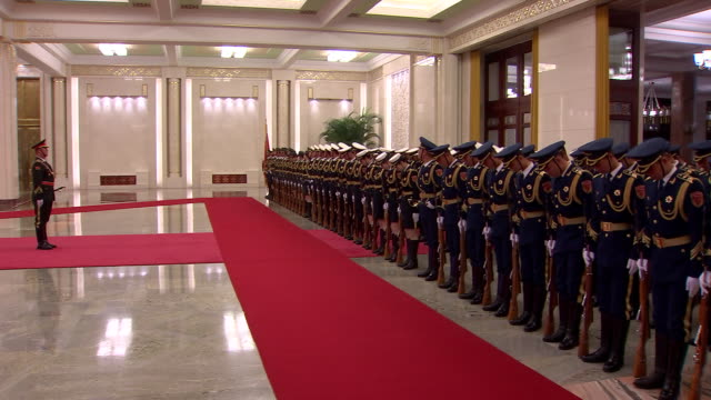 vídeos de stock, filmes e b-roll de chinese defence personnel practice military honour guard ahead of diplomatic welcome ceremony in north hall of great hall of the people building... - uniforme militar