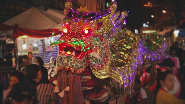 vidéos et rushes de slo mo dragon chinois dans le festival chinois du nouvel an - arts culture and entertainment