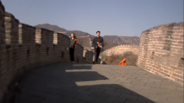 ms, chinese family with son (10-11) visiting great wall of china, china - chinesische mauer stock-videos und b-roll-filmmaterial