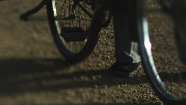 chinese farmer with pushbike - südostasien stock-videos und b-roll-filmmaterial