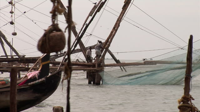 vídeos de stock e filmes b-roll de zo, ms, chinese fishing nets (cheena vala) at cochin waterway, cochin, kerala, india - vala