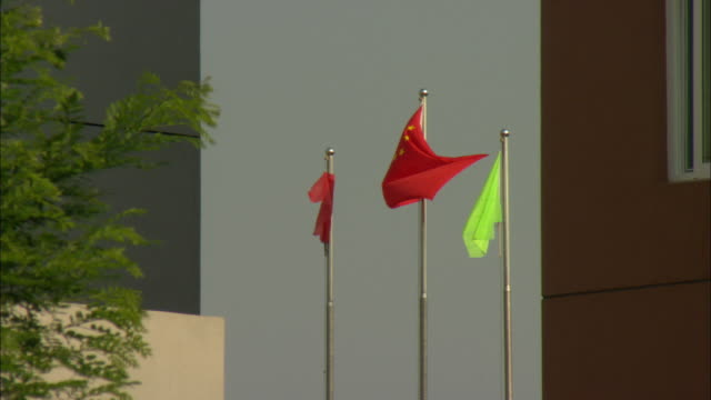 vídeos de stock, filmes e b-roll de ws chinese flag blowing in wind, dezhou, shandong, china - grupo pequeno de objetos
