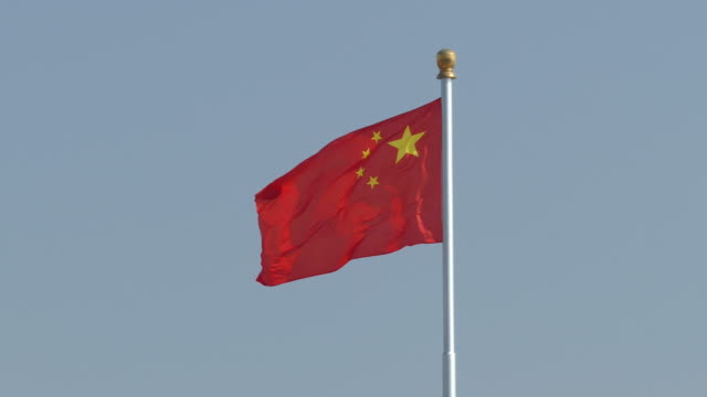 chinese flag waving in the wind, beijing, china - bandiera della cina video stock e b–roll