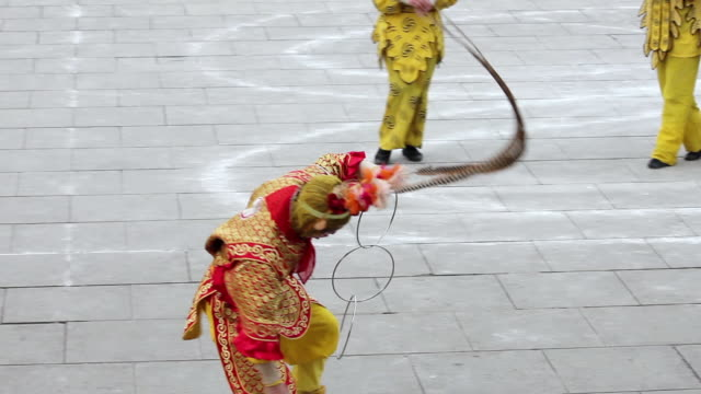 ms ts chinese folk artist dresses as monkey king to performing in tang paradise during chinese spring festival audio / xi'an, shaanxi, china - 1 minuto e più video stock e b–roll