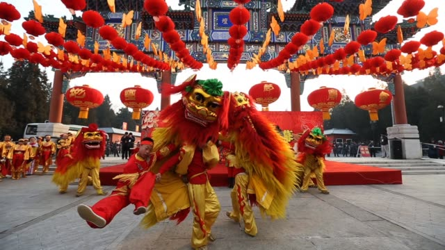 chinese folk artists perform during the opening ceremony of the spring festival temple fair at the temple of earth park on february 9 2013 in beijing... - drache stock-videos und b-roll-filmmaterial