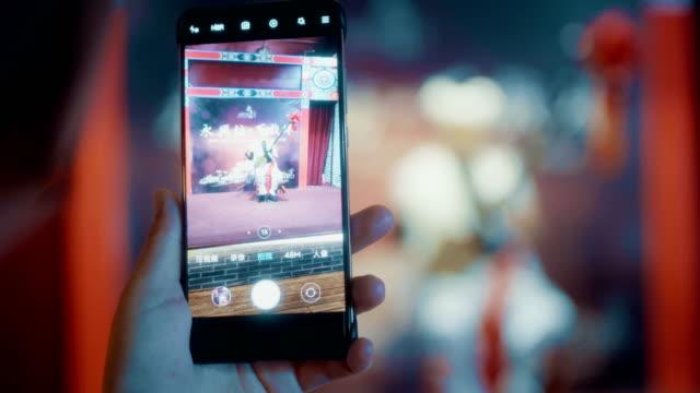 vidéos et rushes de chinese folk artists perform in the evening - musicien