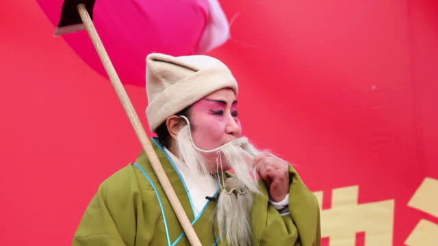 vídeos de stock, filmes e b-roll de ms chinese folk artists performing traditional opera at temple fair to celebrate chinese spring festival  audio  / xi'an, shaanxi, china - pintor artista