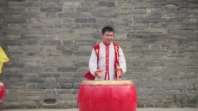 vídeos de stock e filmes b-roll de cu ls chinese folk music-using gongs and drums/xian,shaanxi,china - só homens jovens