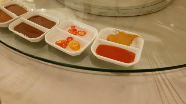 vídeos de stock, filmes e b-roll de comida chinesa, mergulhando molho panorâmica - bbq sauce