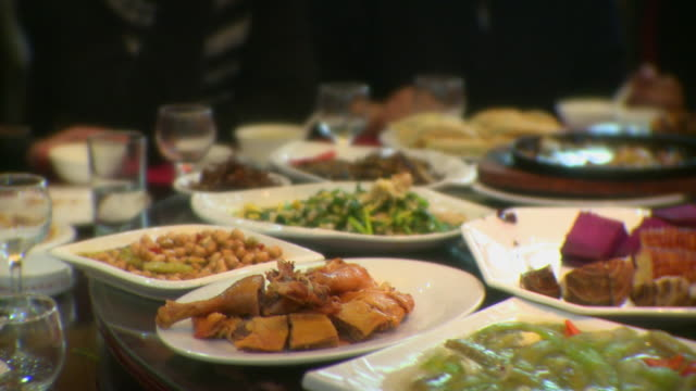 stockvideo's en b-roll-footage met cu selective focus chinese food moving around circular table, qinhuangdao, hebei, china - chinese cultuur