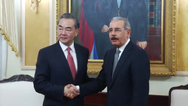 vídeos de stock e filmes b-roll de chinese foreign minister wang yi shakes hands with the president of the dominican republic danilo medina after the two countries established... - hispaniola