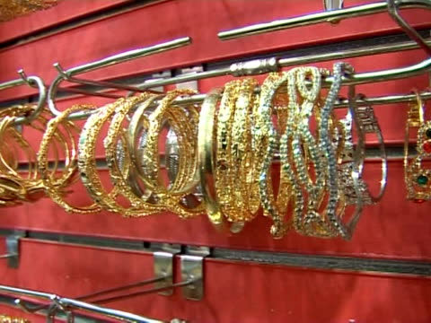 vídeos de stock, filmes e b-roll de chinese gold' -- a cheap imitation of the precious metal -- is proving hugely popular in egypt, a country where some 40 percent of the population... - ouro metal