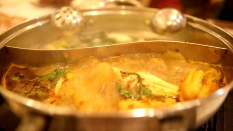 stockvideo's en b-roll-footage met chinese hotpot - ijslepel