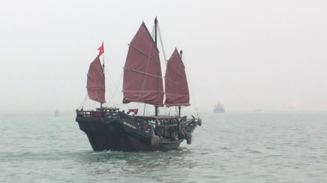 vidéos et rushes de ws pan chinese junk duk ling on foggy day in victoria harbor / hong kong, china - jonque