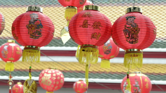 vidéos et rushes de chinese lanterns moving in the wind - groupe moyen d'objets