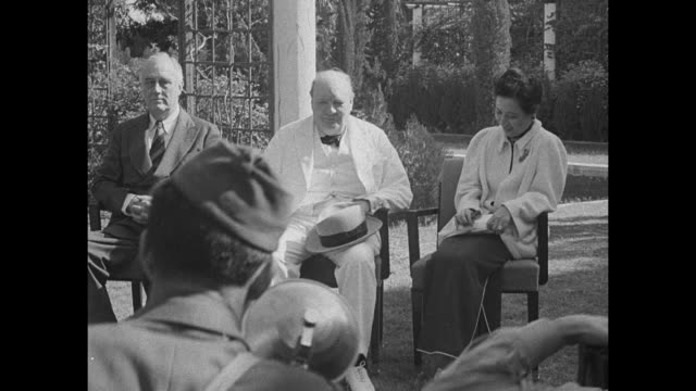 vídeos y material grabado en eventos de stock de vs chinese leader chiang kaishek us president franklin roosevelt british prime minister winston churchill and madame chiang kaishek seated outside in... - chiang kai shek