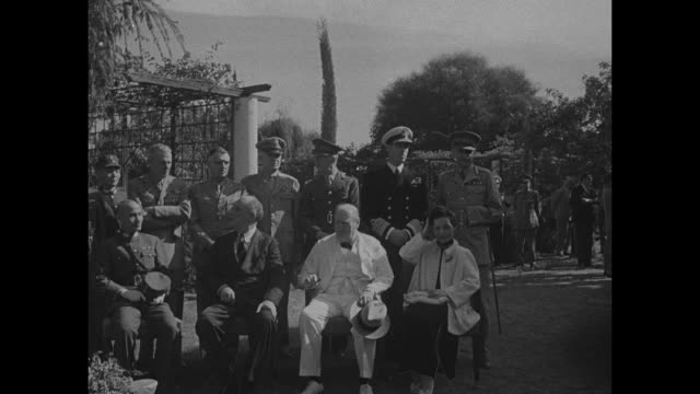 vídeos y material grabado en eventos de stock de chinese leader general chiang kaishek us president franklin roosevelt prime minister winston churchill and madame chiang kaishek seated outside... - chiang kai shek