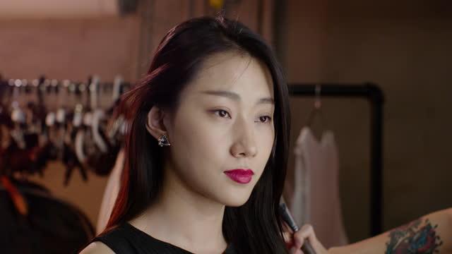 vidéos et rushes de chinese makeup artist applying makeup on model,4k - pinceau à blush