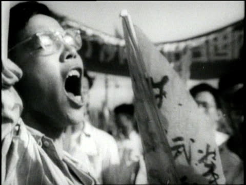 chinese men and women yell during a huge demonstration - 1958年点の映像素材/bロール