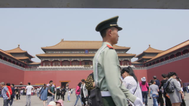 vídeos de stock, filmes e b-roll de chinese military policeman patroling at forbidden city in beijing, china - uniforme militar